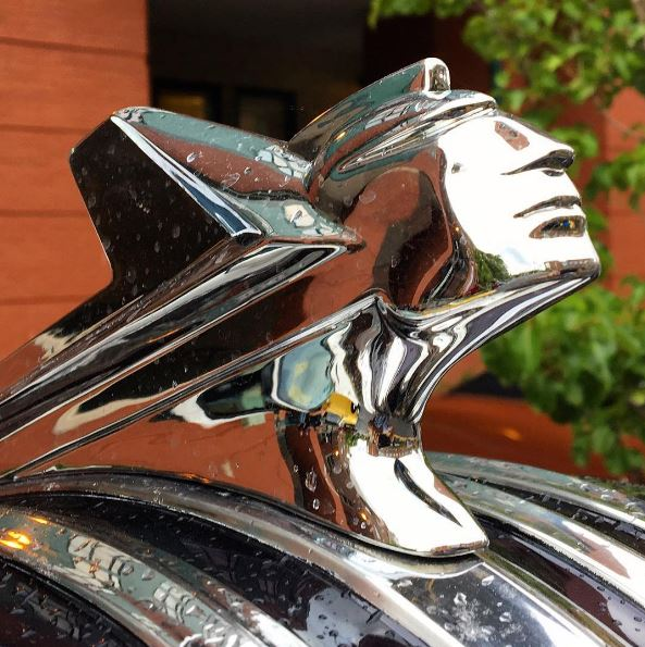 1952 Pontiac Chieftain De Luxe hood ornament
