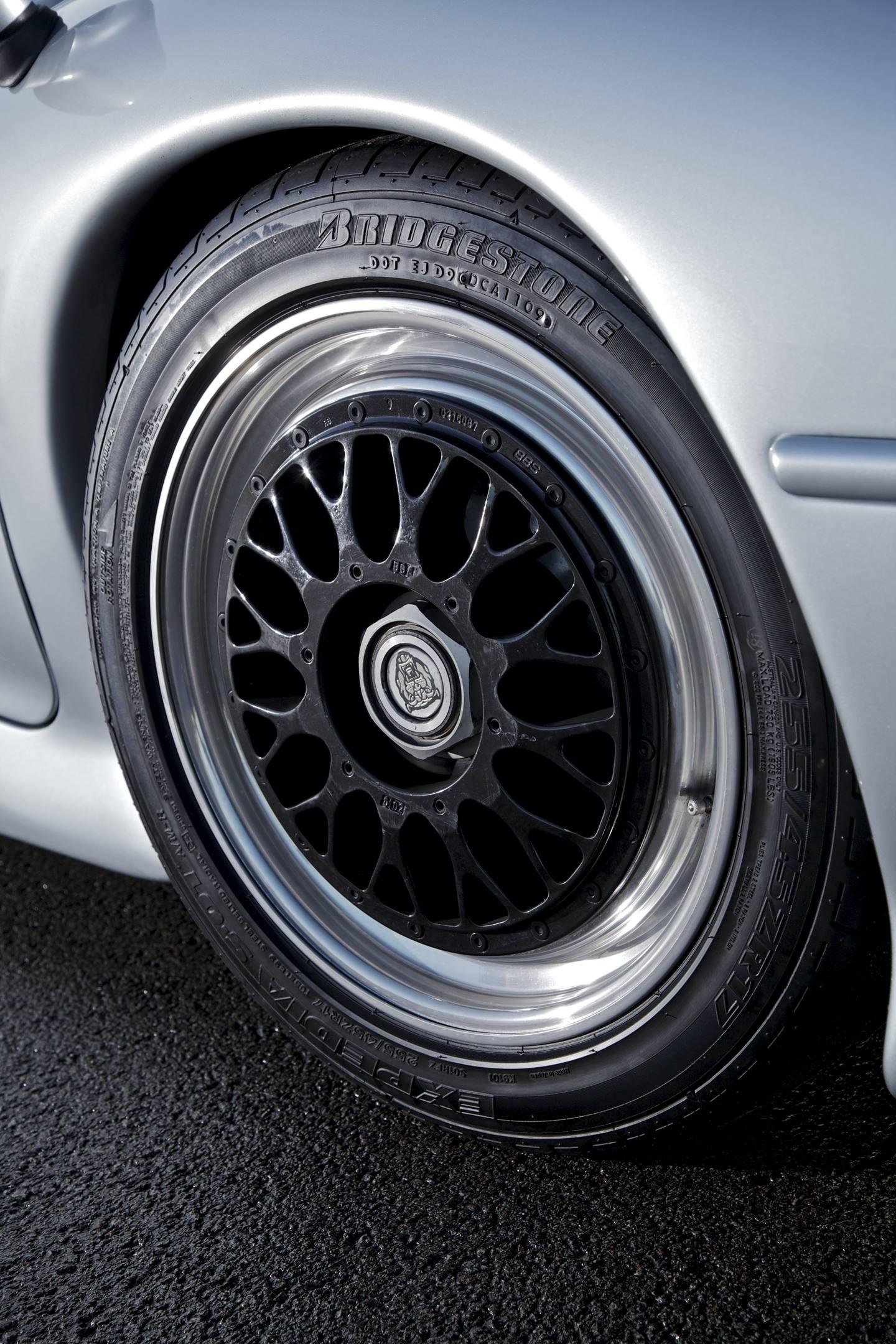 Jaguar XJ220 wheel detail