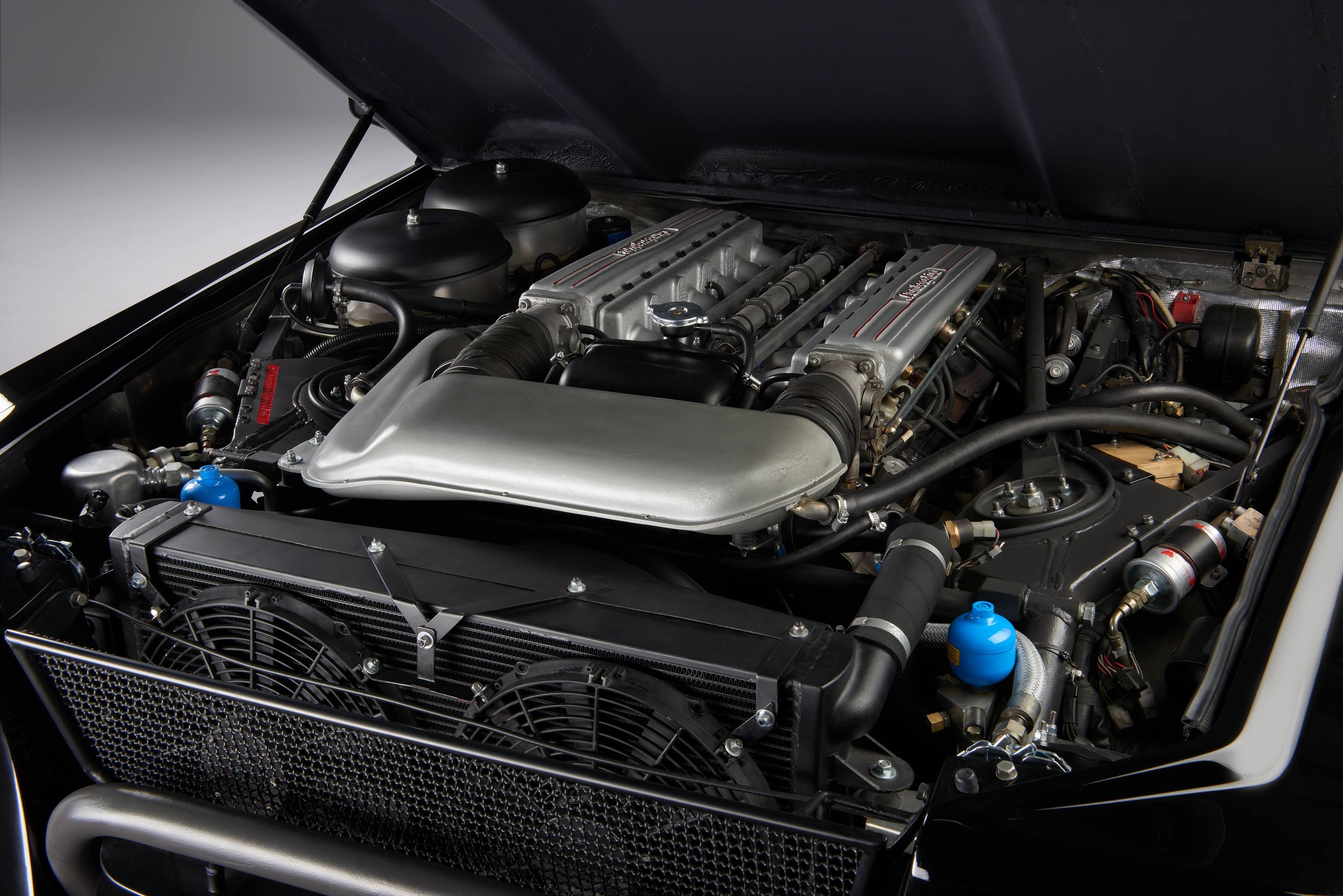 Lamborghini LM002 engine