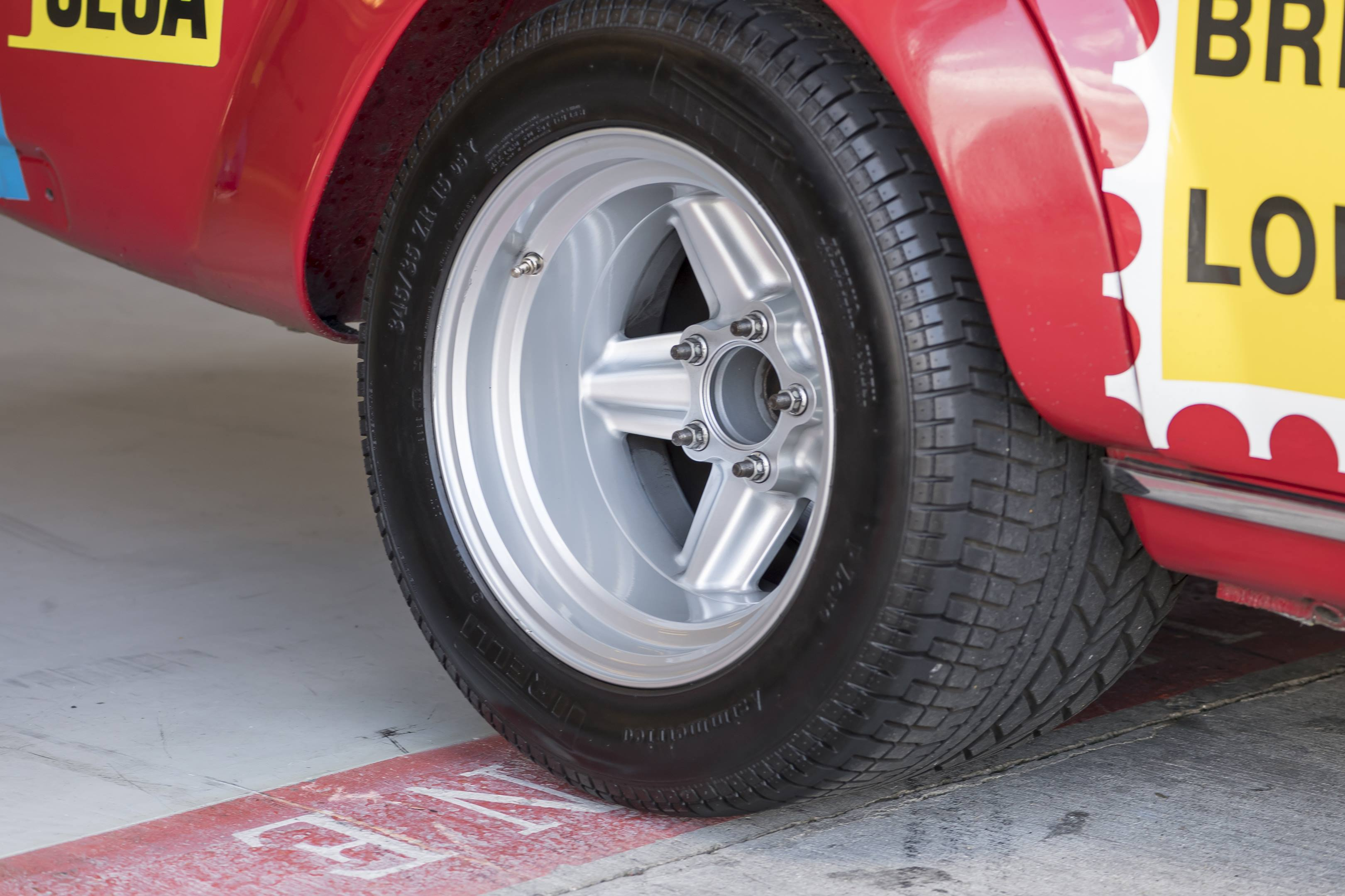 mercedes benz amg 300SEL 6.3 rear tire