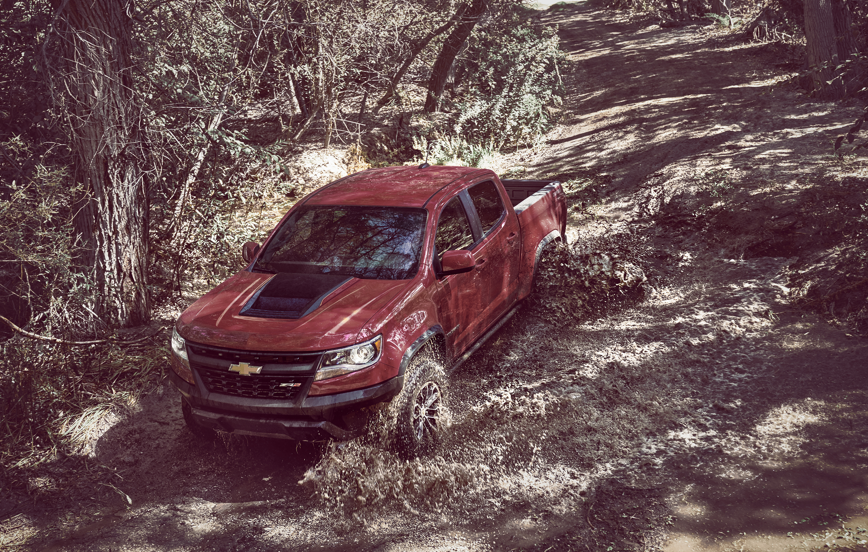 2017 Chevrolet Colorado ZR2 splashing through mud