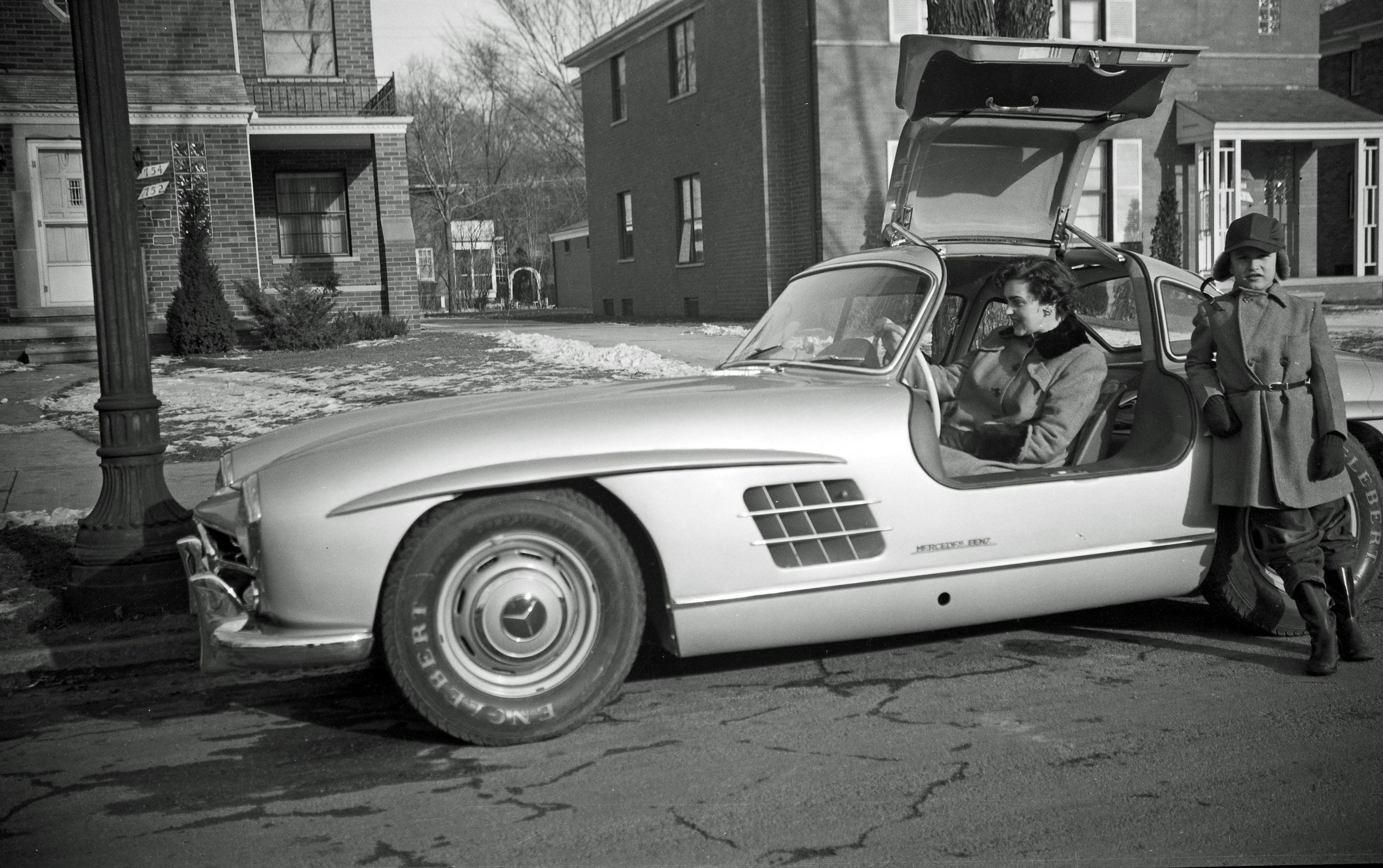 Frank Pringham with his mother and the 300 SL