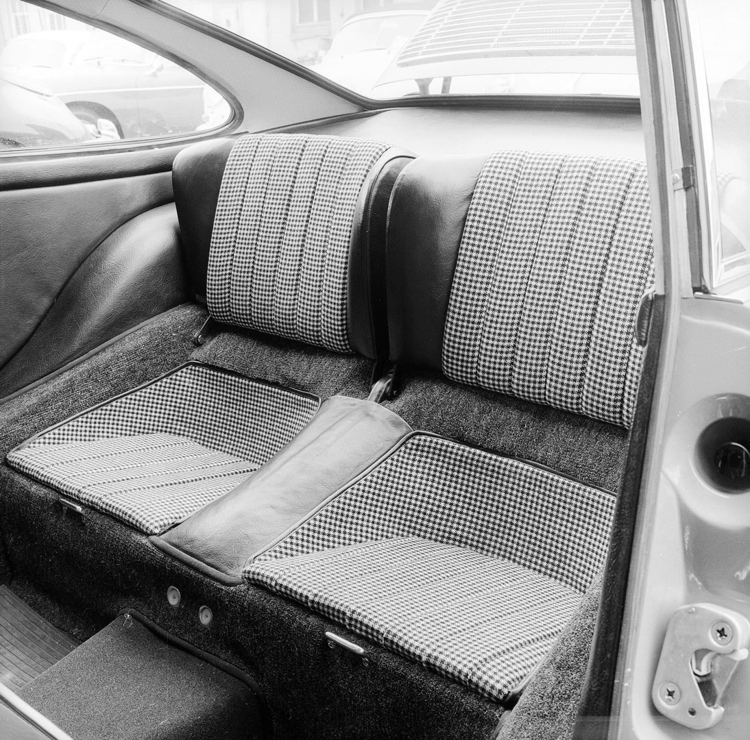 The rear seats of the early Porsche 911, in Pepita design by Recaro.