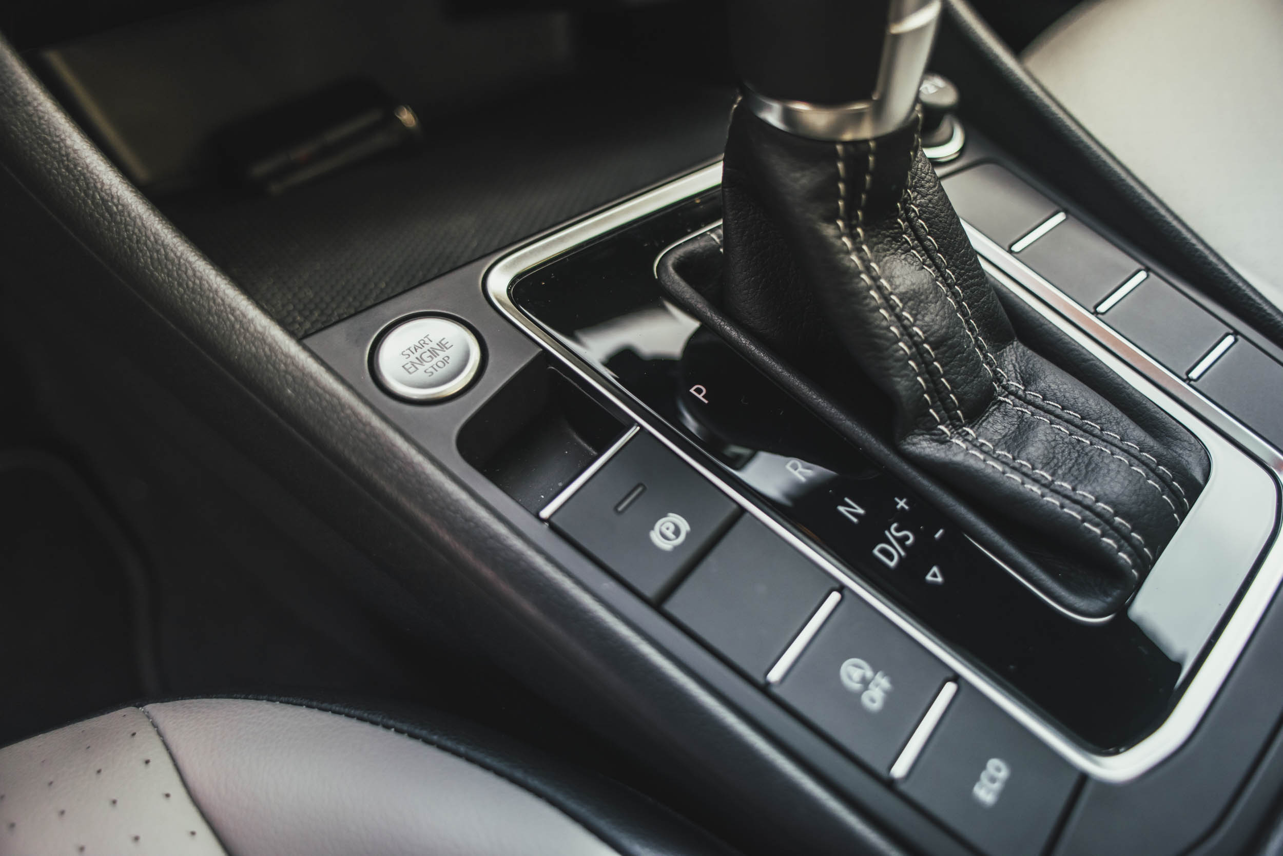 volkswagen jetta r-line close-up on gearshift