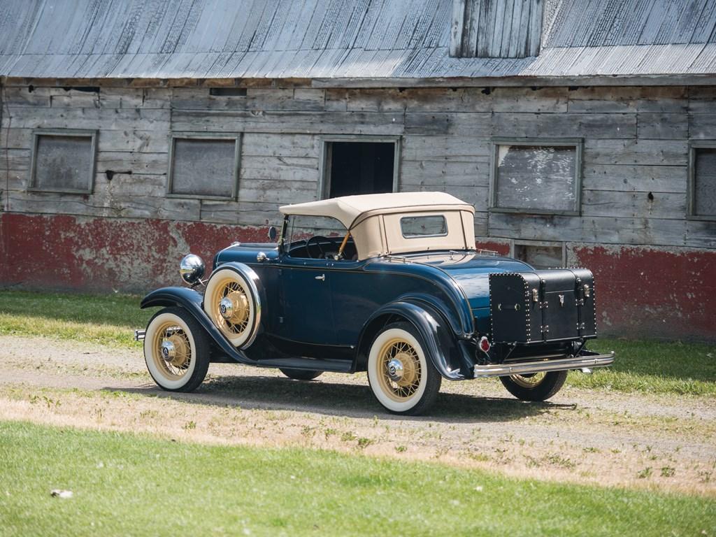 1932 Ford V-8 DeLuxe Roadster rear 3/4