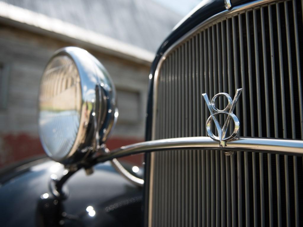 1932 Ford V-8 DeLuxe Roadster v8 badge