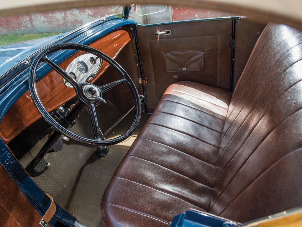 1932 Ford V-8 DeLuxe Roadster Interior seats