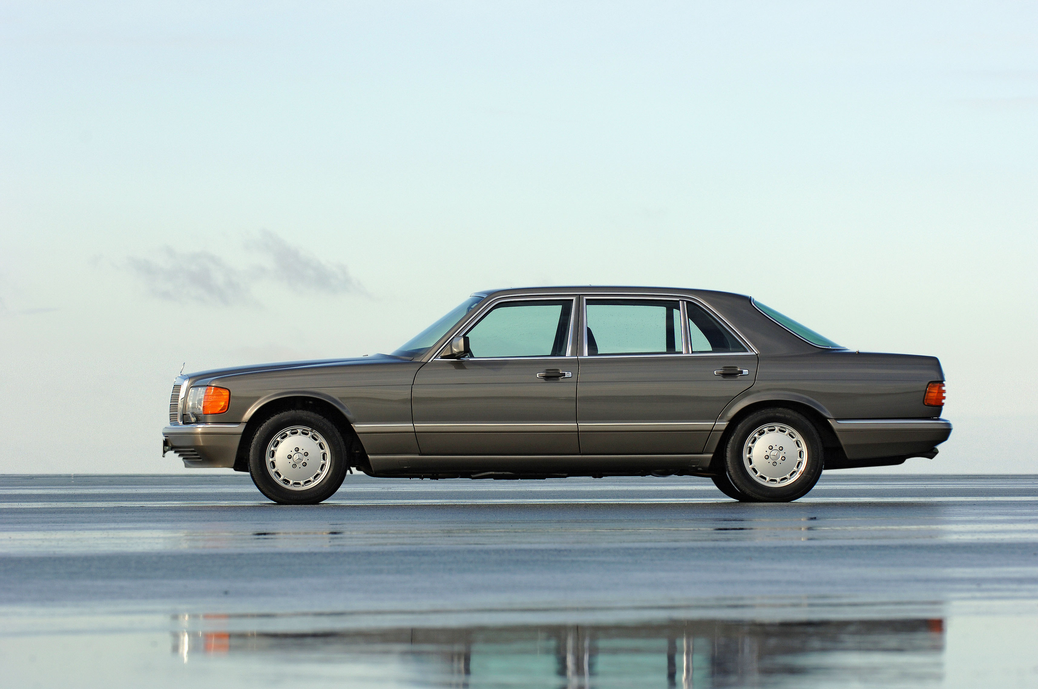 The 1981 Mercedes-Benz S-Class W126 series featured a driver airbag and belt tensioner for the front passenger.