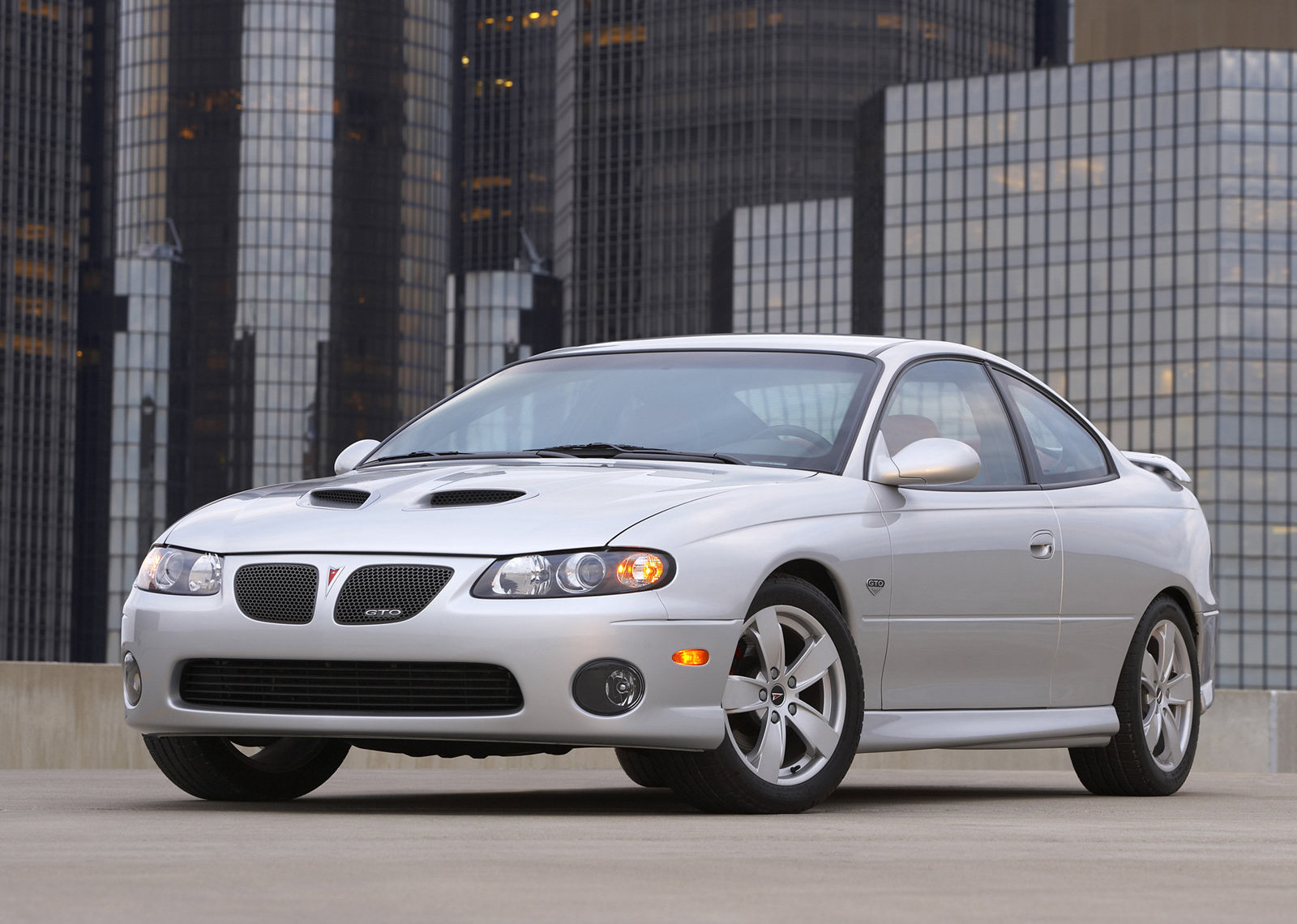 2006 Pontiac GTO Silver front 3/4 in city