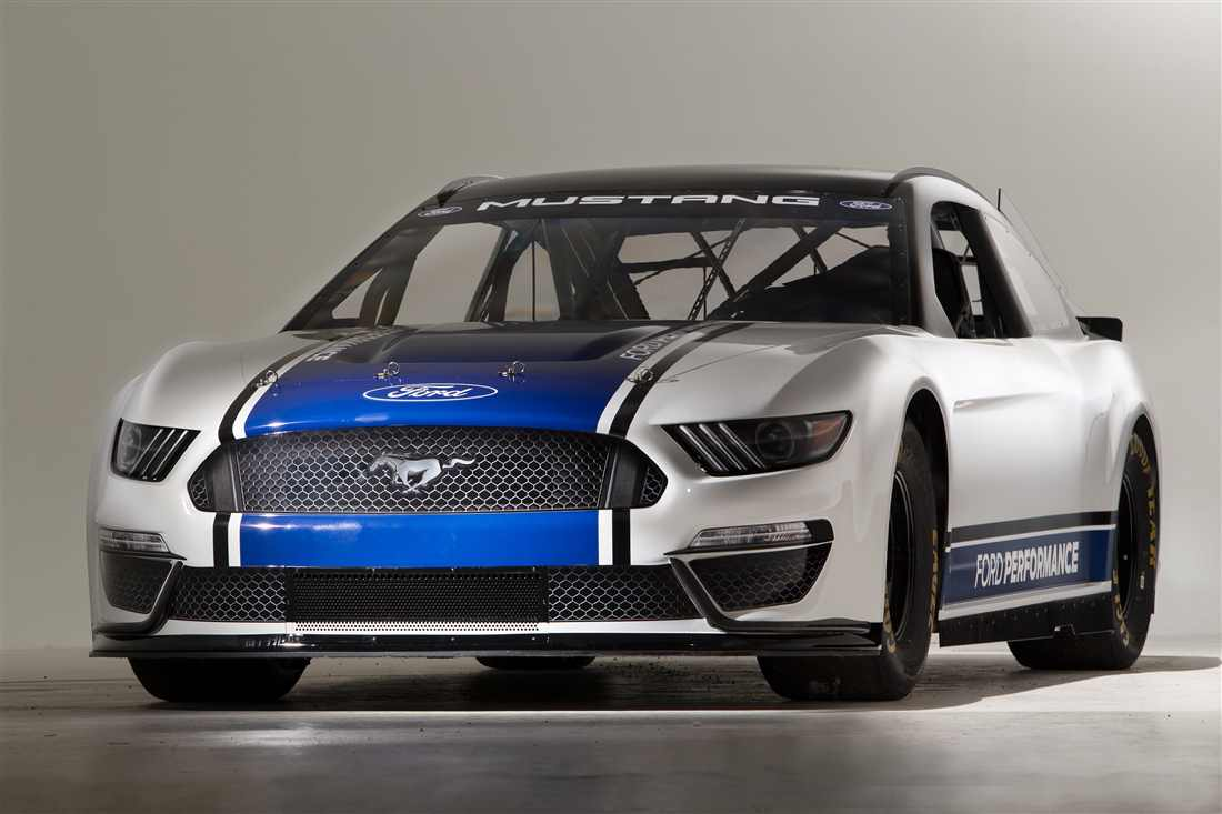 2019 NASCAR Ford Mustang front 3/4