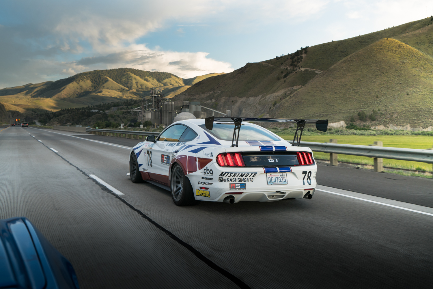 twin turbo mustang 1000 hp on freeway pull mountains