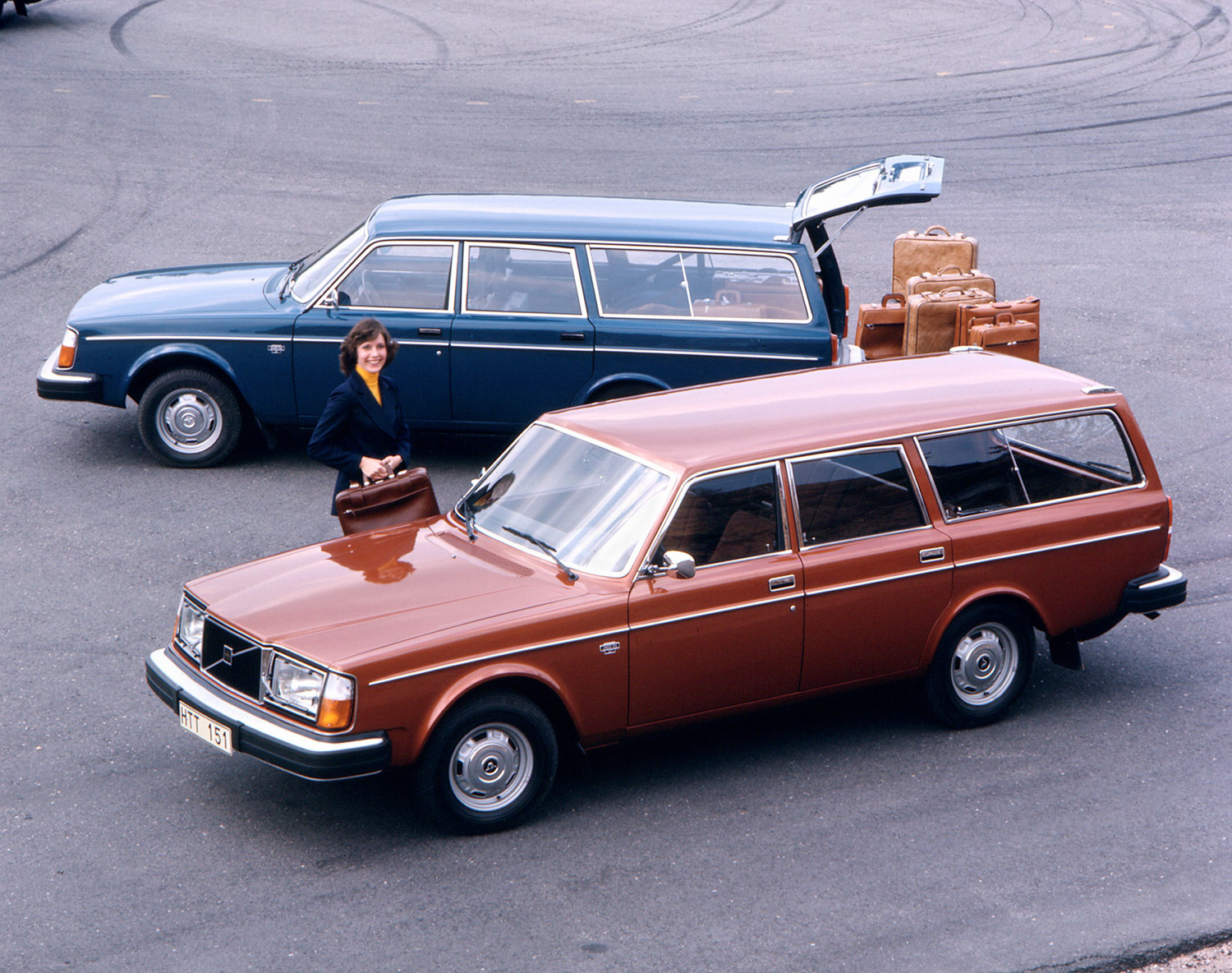 Volvo 245 DL suitcases brown and blue