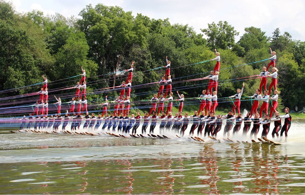 900-hp boat pulls 80 water skiers to a Guinness World Record thumbnail