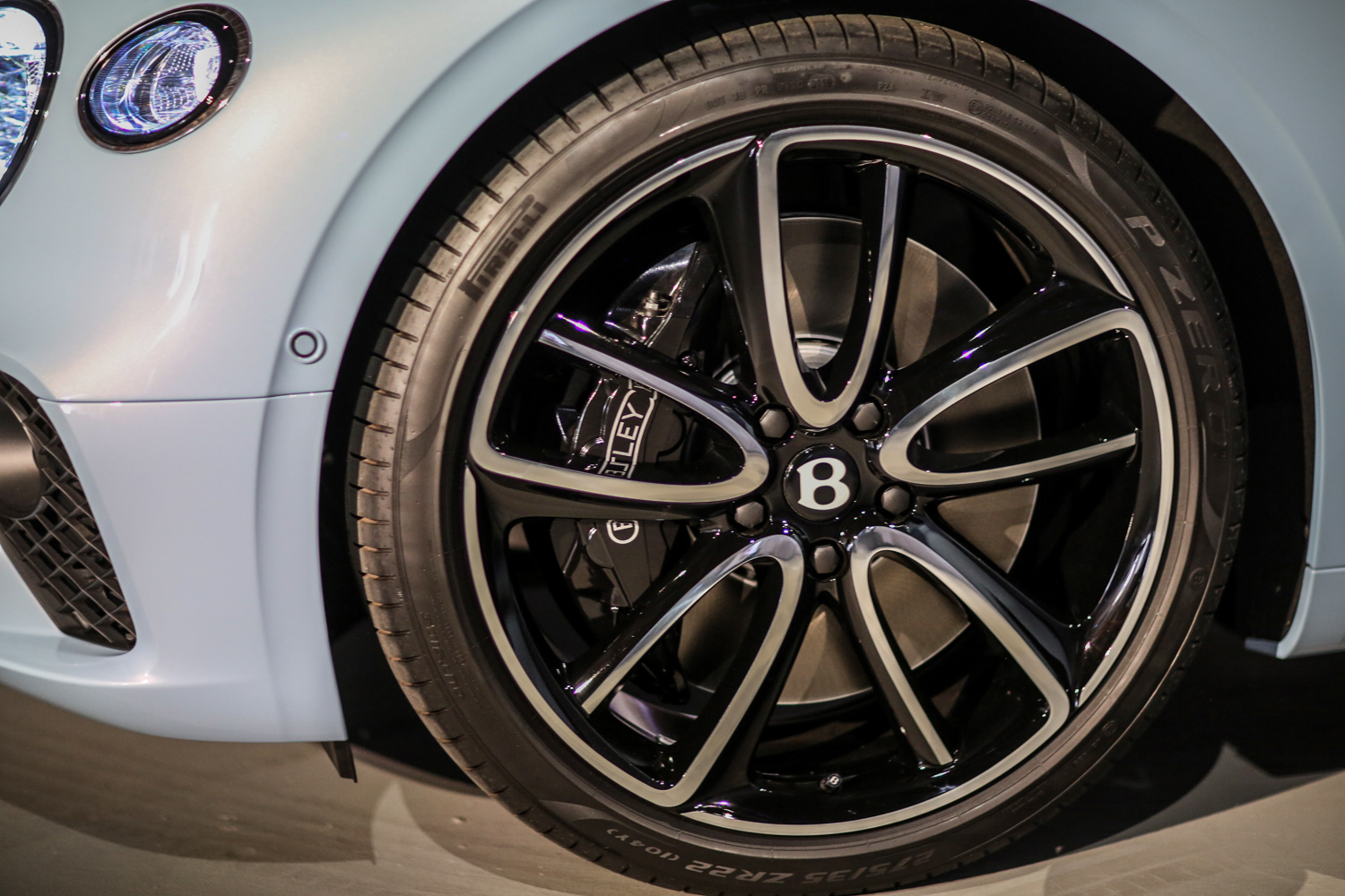 Bentley brakes 16.5-inch front brakes use 10-piston calipers