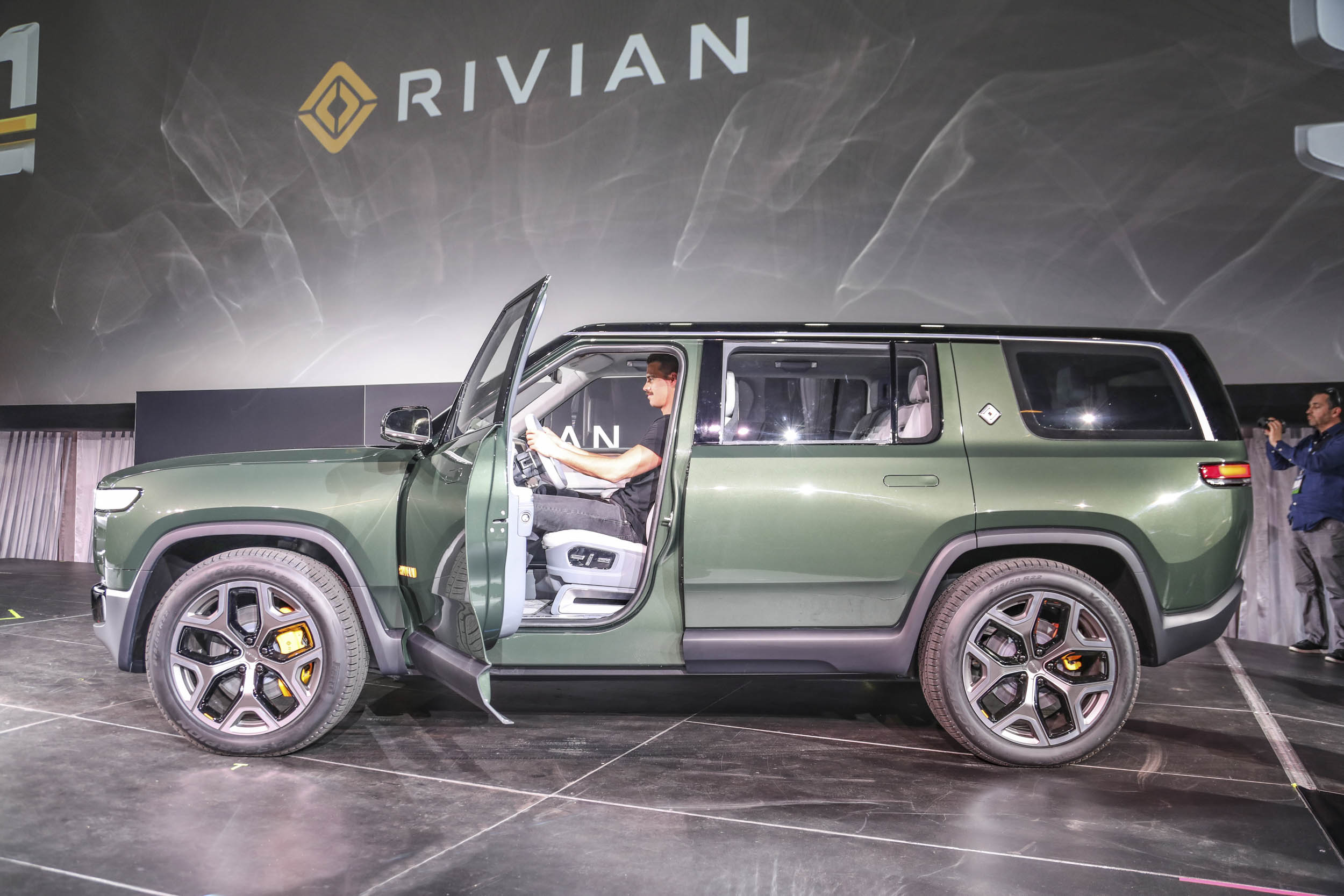 Rivian R1S LA profile