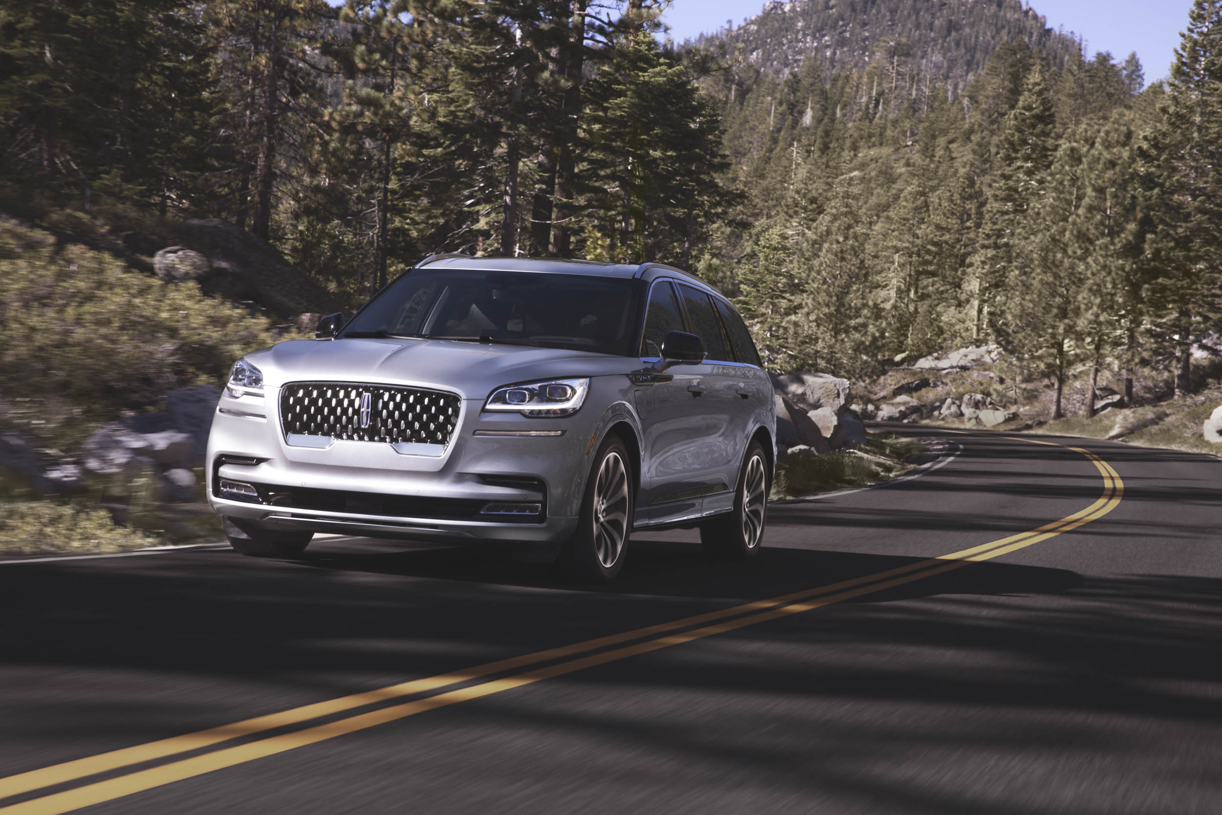 2020 Lincoln Aviator driving