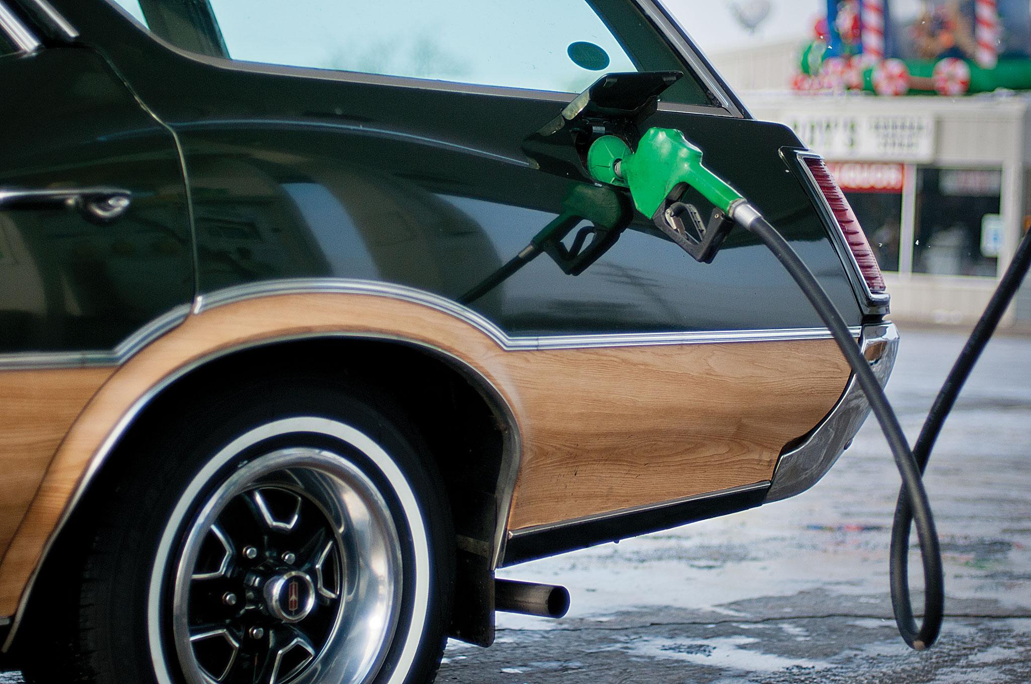 Olds Vista Cruiser fill gas