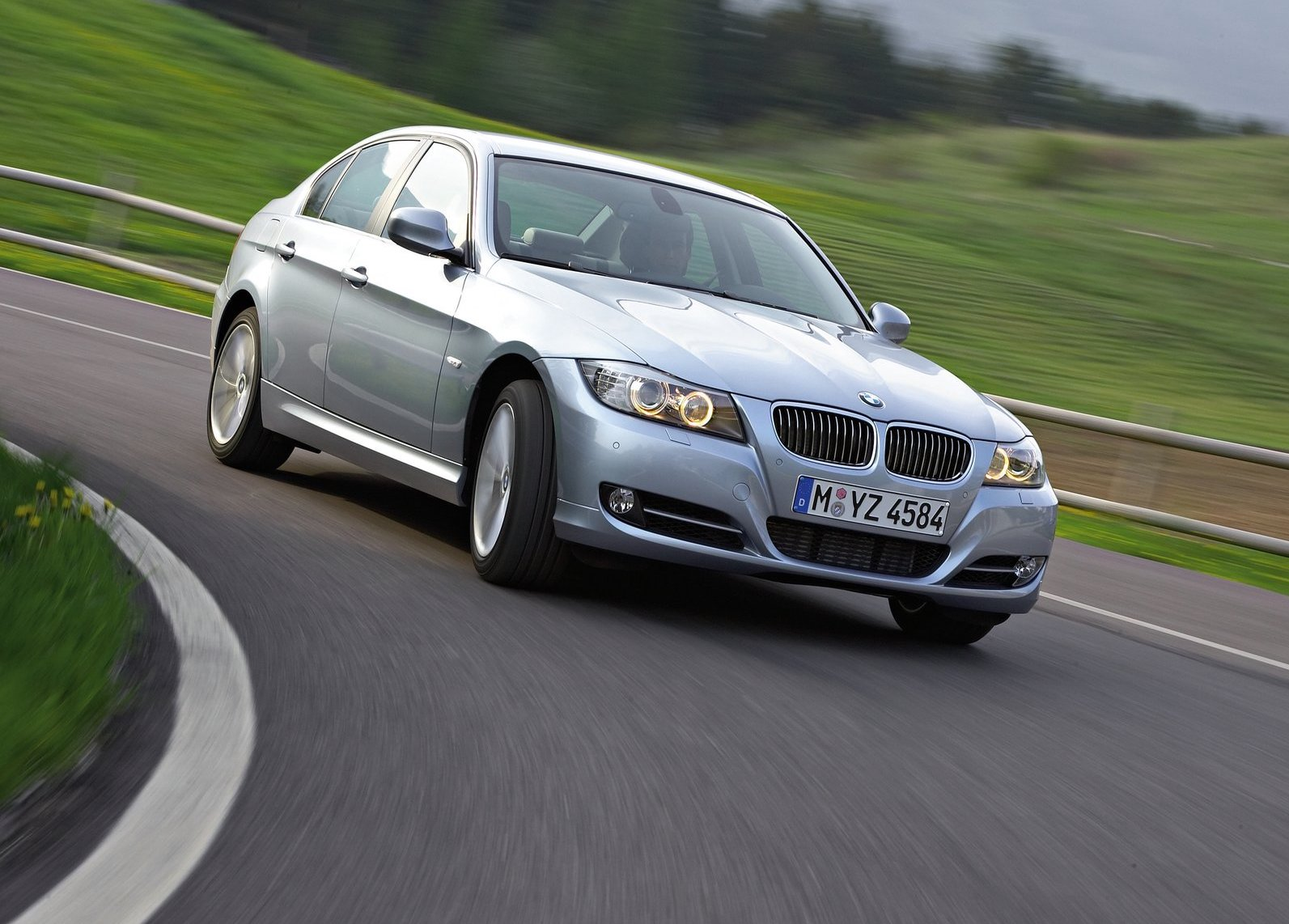 2009 BMW 3-Series on track