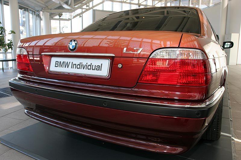 2000 BMW L7 limo rear