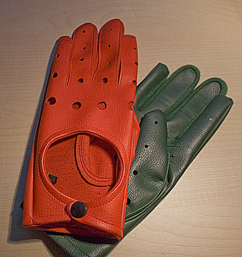A pair of colored gloves used in 1967 by Swedish authorities in order to remind drivers they should drive by the right as the traffic was changed.