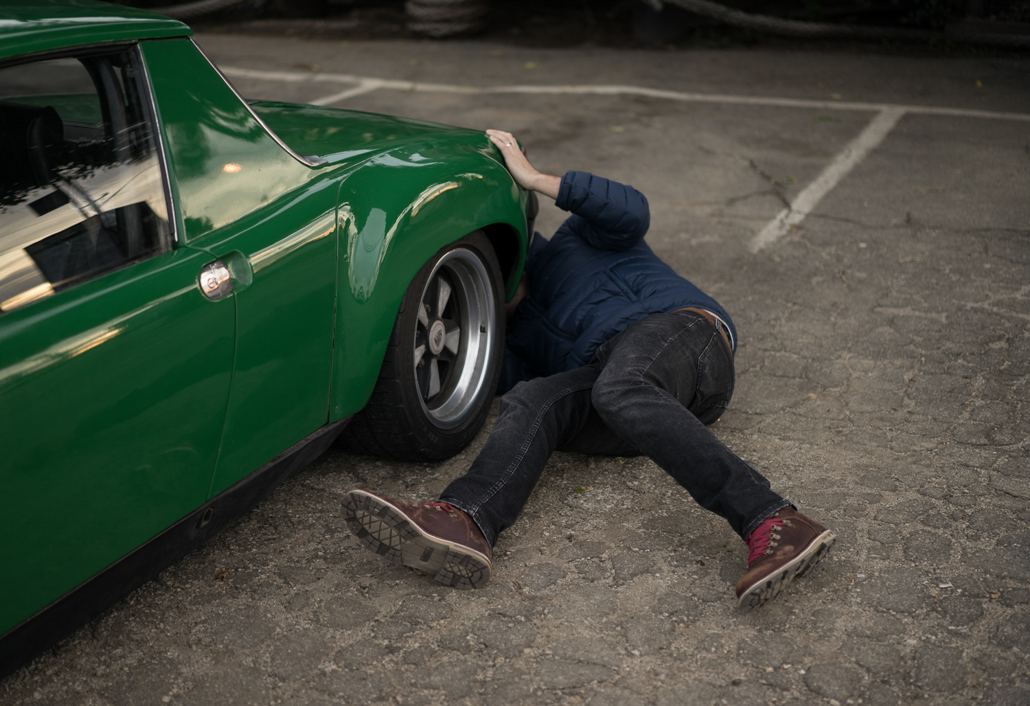 1974 Porsche 914 fixing on the ground