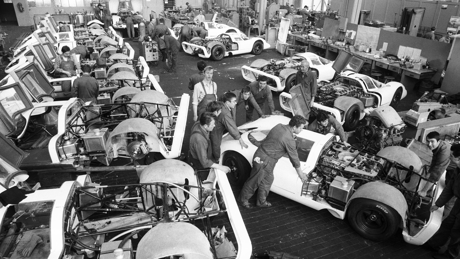 Construction of 25 racing cars for the homologation of the 917.