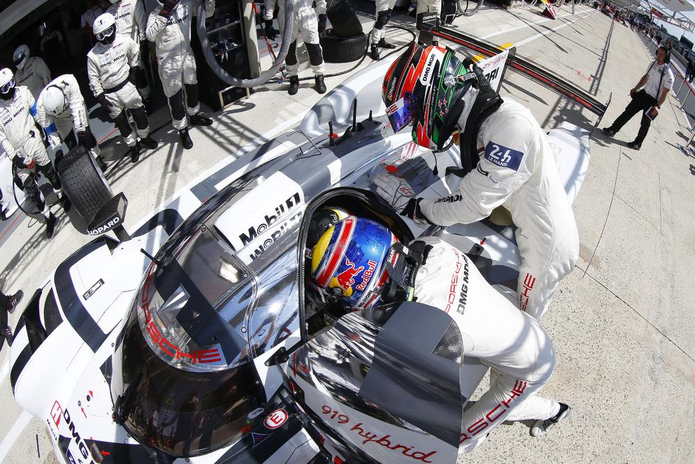 Porsche 919 Hybrid pit stop close