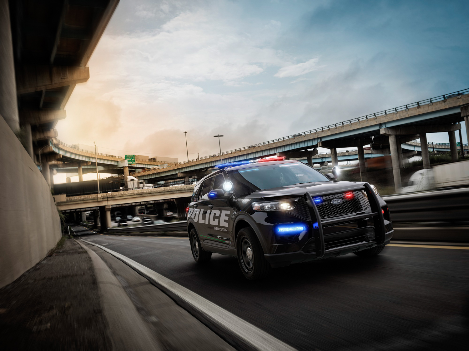2020 Ford Police Interceptor Utility Hybrid 3.4 front on road