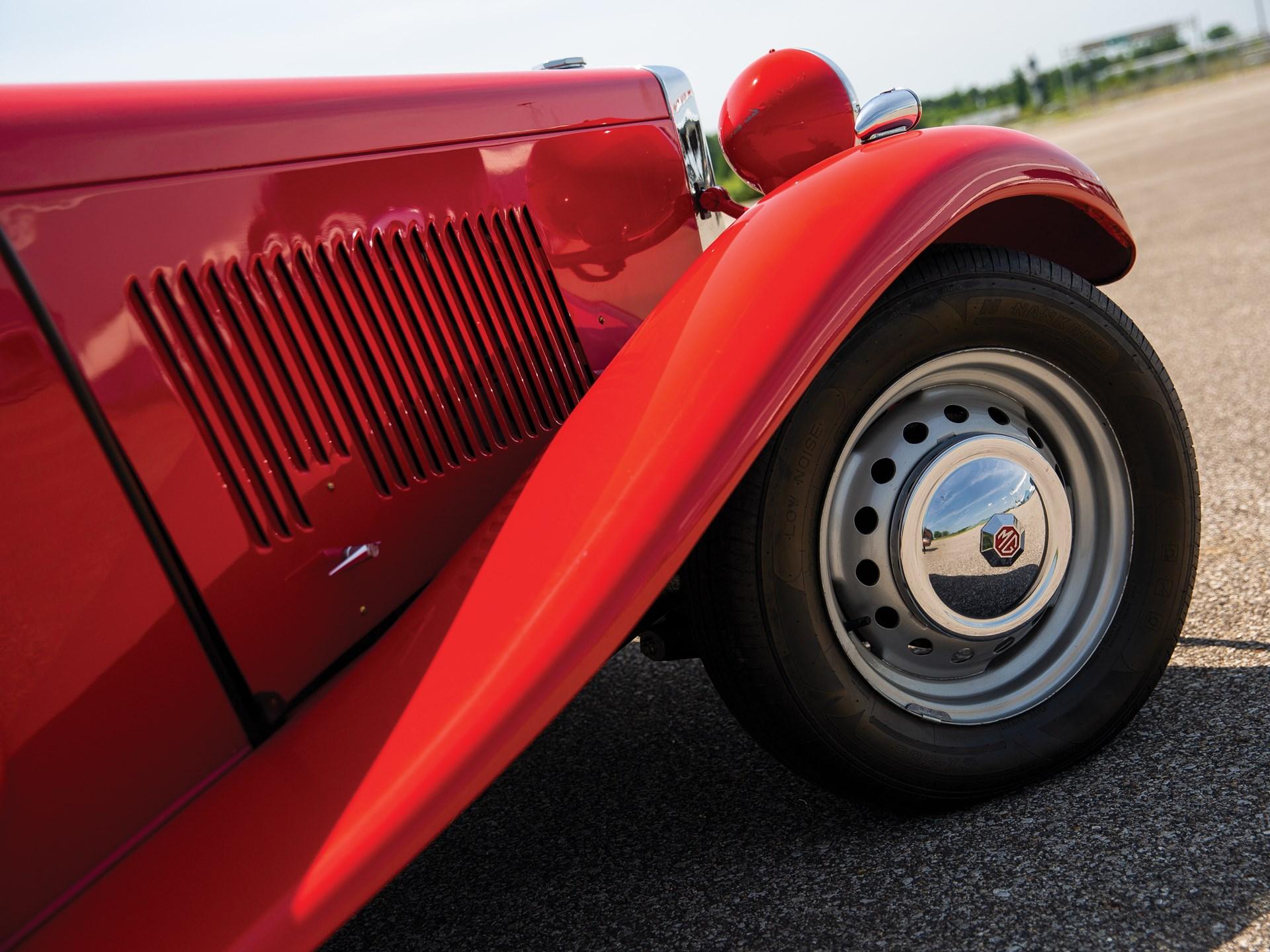 1952 MG TD front fender detail
