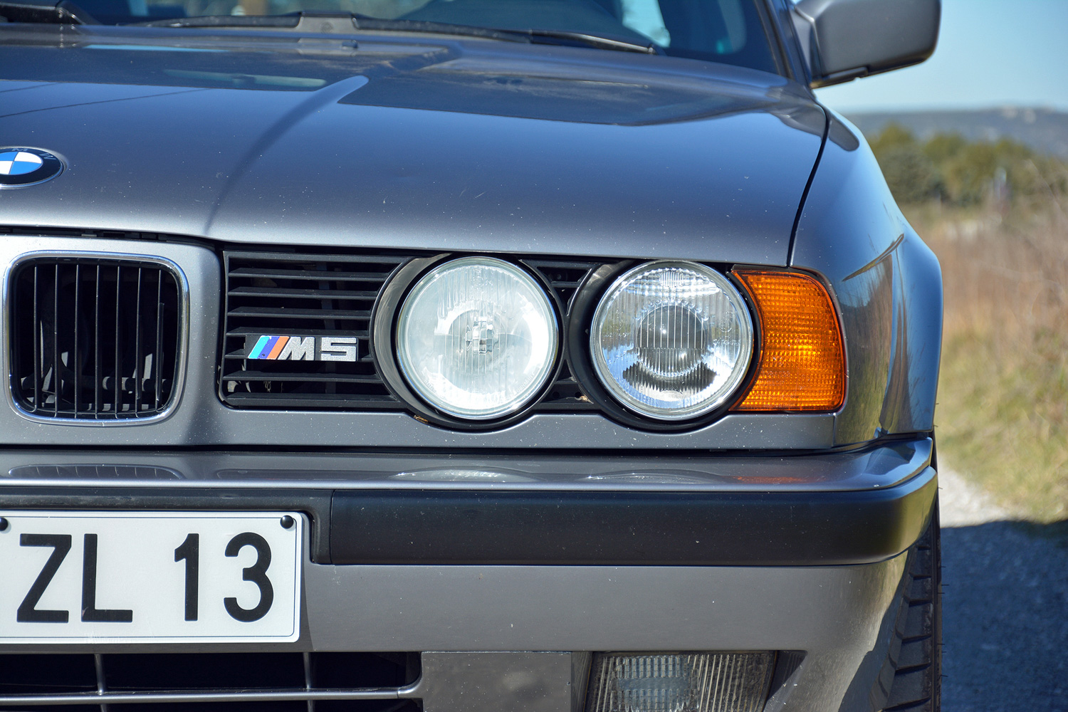 BMW M5 (E34) grille badge detail