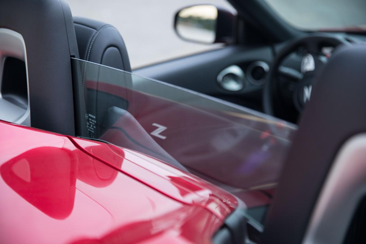 2019 Nissan 370Z Roadster rear glass