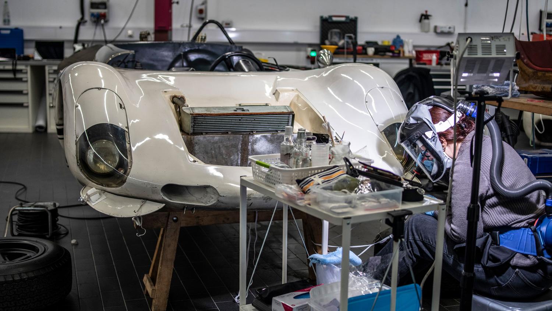 Porsche 910/8 Bergspyder body restoration