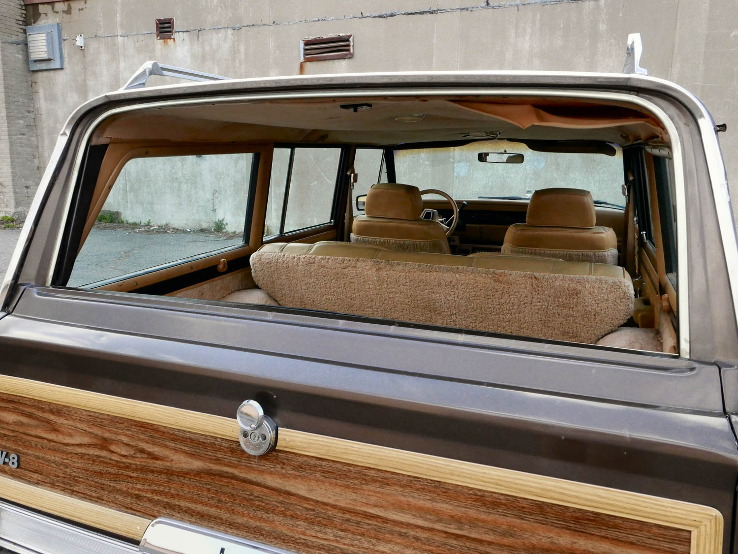 1987 Jeep Grand Wagoneer window down