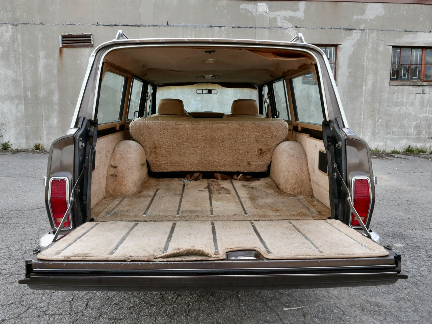 1987 Jeep Grand Wagoneer hatch down