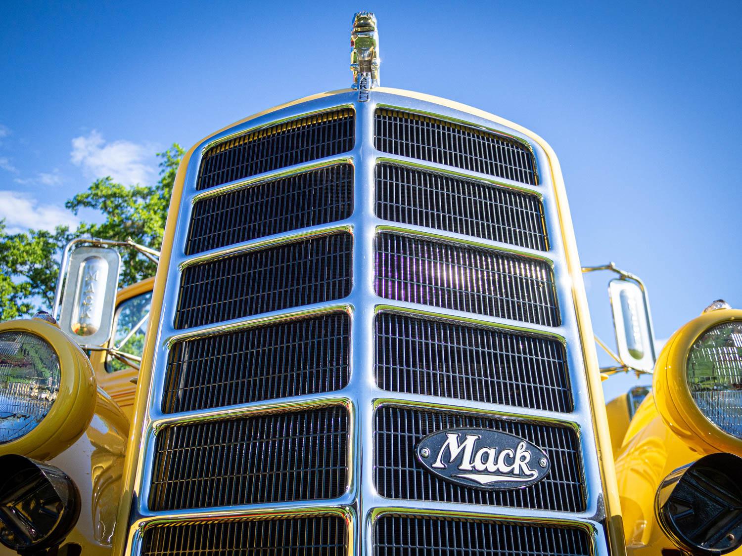Skip McKean of Henniker, New Hampshire, brought his fleet of vintage Macks, each wearing the pale yellow livery of his petroleum delivery business. They included a 1942 ED, 1946 EH, 1950 A40, 1951 LF, and 1956 Model B85. All made the journey on a flatbed behind his 1985 RW613 Superliner.