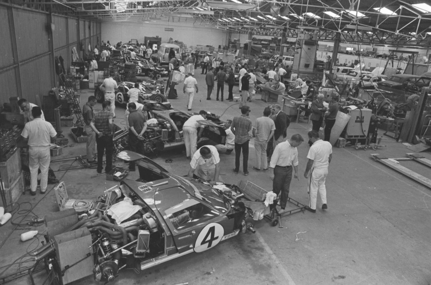 To do battle with Ferrari in the 1966 24 Hours of Le Mans, more than 100 technicians, mechanics, engineers, and administrators accompanied the eight GT40s fielded by the Shelby-American, Holman-Moody, and Alan Mann racing teams.