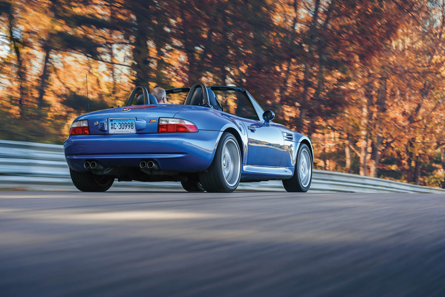 The flared wheel arches, fat tires, and quad tailpipes immediately identify the M version of the Z3. Coupes have already taken off, and now roadsters are moving.