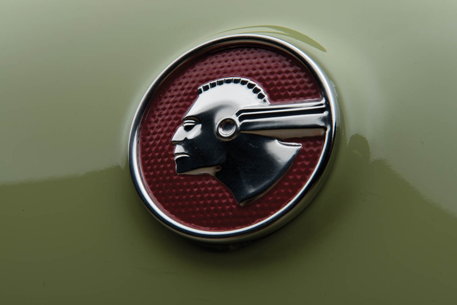 1953 Pontiac Chieftain Deluxe Eight Custom Catalina emblem